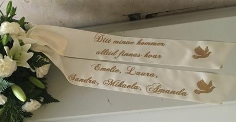 text på blommor vid begravning